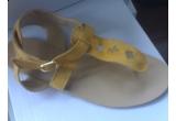 o pereche de sandale din piele intoarsa