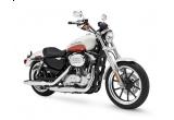 7 x motocicleta Harley-Davidson Sportster XL883 L Super Low, 7 x o sticla Jack Daniel's Gold Medal, 7 x o sticla Jack Daniel's semnata de o legenda rock, 2 x un butoi Jack Daniels's + 12 sticle Jack Daniel's, 700 x o sticluta metalica Jack Daniel's de 0,6 litri, 700 x o sapca Jack Daniel's