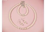 1 x set de bijuterii de mireasa argintat cu perle si cristale Swarowski, 1 x brosa argintata cu perla