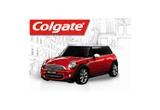 1 x o masina Mini Cooper, 15100 x port ruj santinat rosu, 6100 x suport pentru geanta, 7100 x gentuta pentru cosmetice, 7100 x oglinda de poseta, 3 x set de ingrijire orala Colgate Max White One