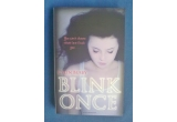 """1 x cartea """"Blink Once"""" + un pachet format din swaguri"""