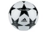 un tricou Manchester United cu numele lui Cristiano Ronaldo, o minge de fotbal cu sigla UEFA Champions League, O minge de fotbal cu sigla Cupa UEFA<br />