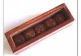 o cutie cu zaruri din lemn de cires