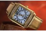 un ceas Regent, un ceas si pandantiv de argint, 2 x un set cosmetic, un ceas si bijuterie de argint (cercei si pandativ cu lantisor), o tigaie