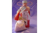 un set ce contine un ulei de baie spumant cu parfum romantic de trandafir si un saculet cu sare de baie imbogatita cu uleiuri esentiale si petale de trandafiri