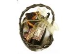 un cos plin de bunatati si cadouri pentru Paste
