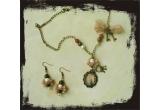un set de bijuterii confectionate manual (lant, pandantiv si cercei)